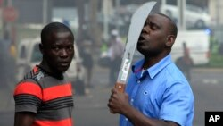 Para imigran di Afrika Selatan membawa senjata dan menghindar dari kekerasan terhadap warga asing di sana (14/4).