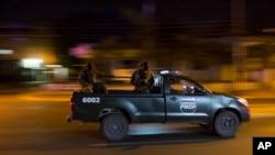 Una patrulla de soldados trata de hacer cumplir el toque de queda en Tegucigalpa, la capital de Honduras, en medio de la tensión tras las elecciones presidenciales.