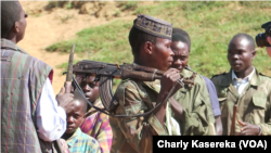 Les membres d'une milice dans les haut-plateaux, au Sud-Kivu, RDC, avril 2017. (VOA/Charly Kasereka)