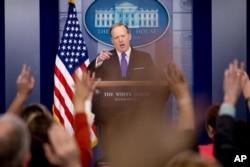 Sekretar za štampu Bele kuće Šon Spajser razgovara sa novinarima tokom dnevnog brifinga za medije u Beloj kući u Vašingtonu, 8. marta 2017.
