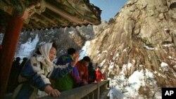 2000년 눈 내린 북한의 금강산을 찾은 한국인 관광객들.