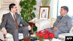 Thủ tướng Pakistan Gilani (trái) và Giám đốc tình báo Pasha