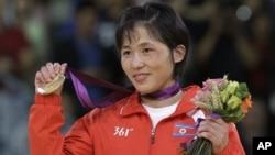 지난 29일 북한 선수단에 런던 올림픽 첫 금메달을 안긴 여자 유도 안금애 선수.
