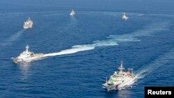 共同社2013年9月10日拍攝的照片顯示中國海警船和日本海上保安廳船隻在有爭議的東海島嶼附近對抗。