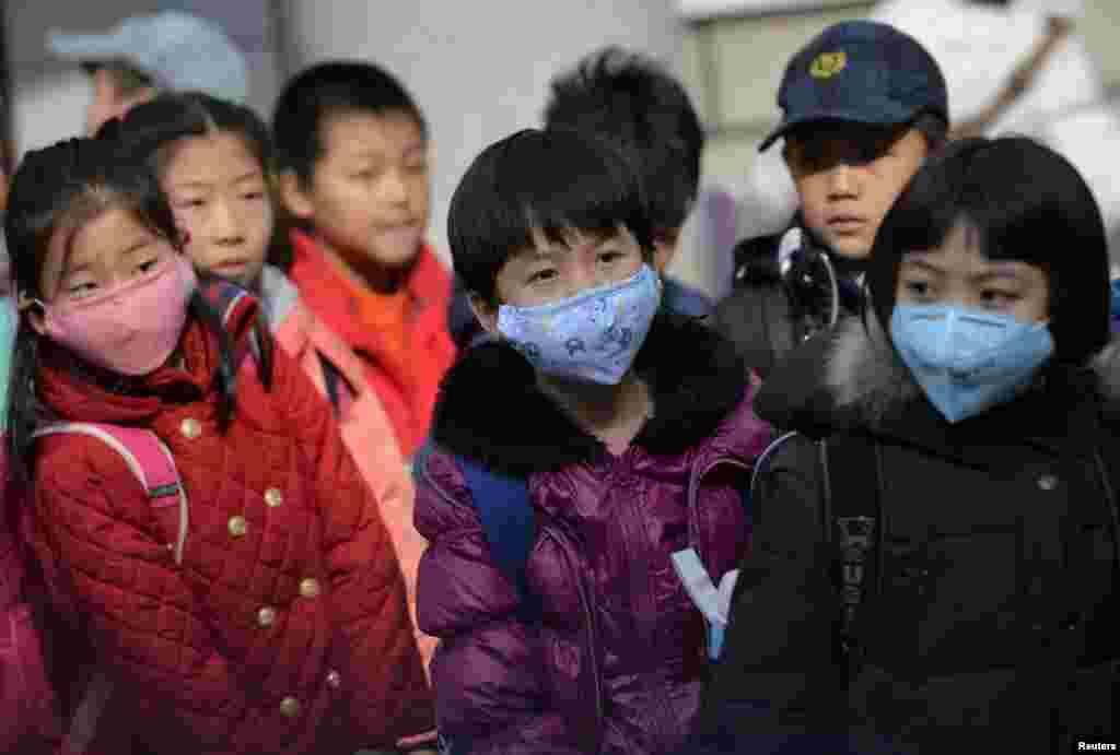 دانش آموزان چینی بخاطر آلودگی هوا، در حالیکه ماسک زده اند، زودتر از مدرسه مرخص می شوند.