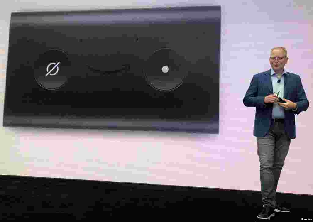 «دیوید لیمپ» از مدیران شرکت بزرگ آمازون از محصولات سخت افزاری جدید رو نمایی کرد. این محصولات جدید شامل اکو شو، اکو دات و مایکروویو الکسا می شوند که از هوش مصنوعی استفاده می کنند و در خانه و زندگی استفاده می شوند.