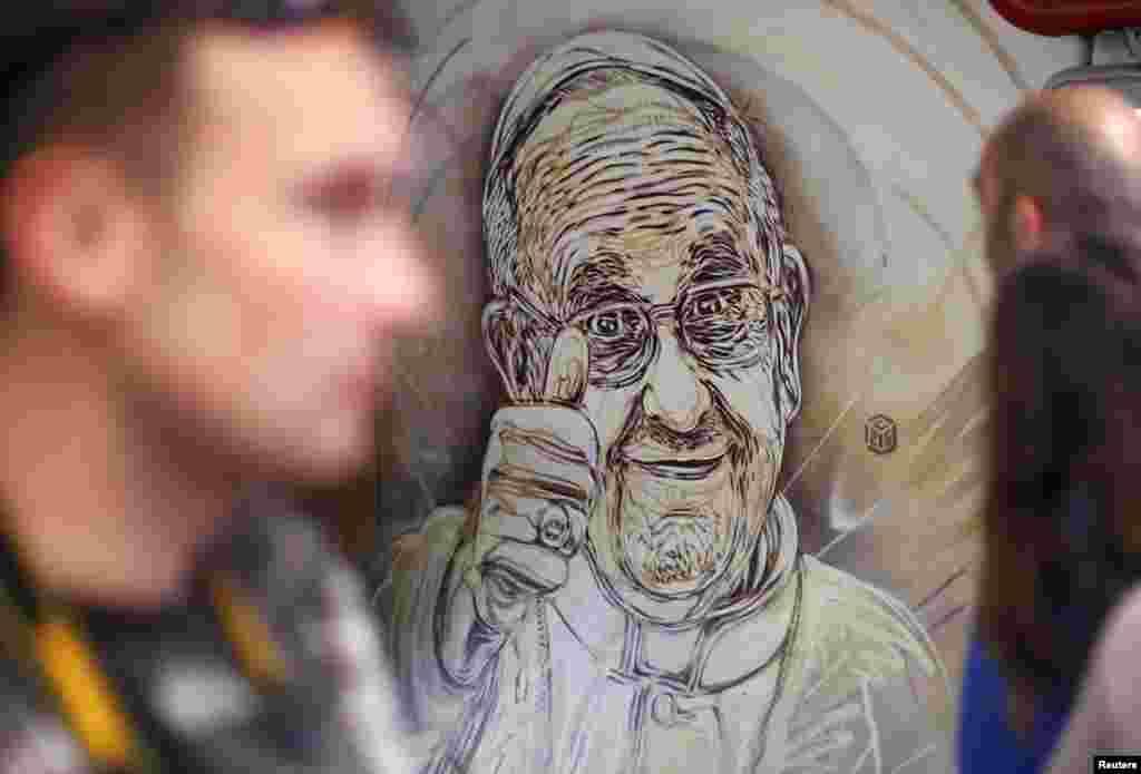 이탈리아 로마의 한 지하철역사에 가톨릭 프란치스코 교황이 그려져있다.