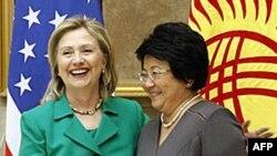 Держсекретар Гілларі Клінтон і президент Роза Отунбаєва