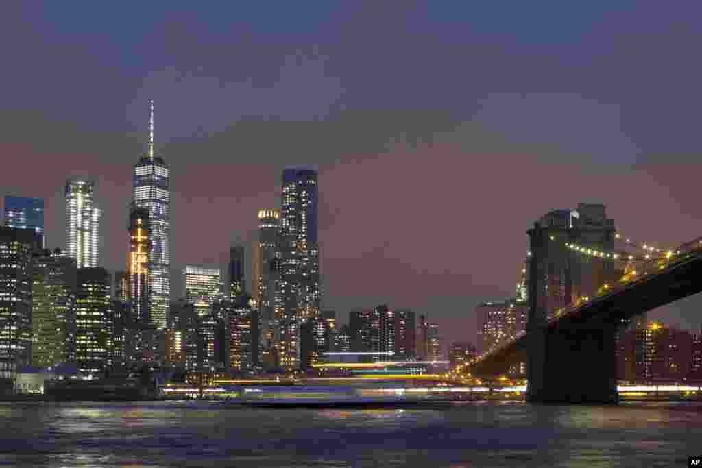 تصویری از ساختمان مرکز تجاری جهانی و پل بروکلین در نیویورک