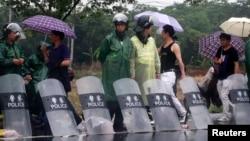 防暴警察5月11日在杭州西部的余杭区入口处警戒