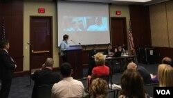 Quyền Trợ lý Ngoại trưởng Virgina Bennett phát biểu, trao đổi trực tuyến với nhà vận động Vũ Quốc Ngữ từ Hà Nội, tại Ngày Vận động cho Việt Nam tại điện Capitol, thủ đô Washington, ngày 29/6/2017.