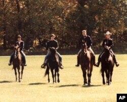 罗恩(左二)和妻子(左一)和父母一起骑马