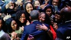Rais Barack Obama akisalimiana na wananchi baada ya kutoa hotuba yake ya mwisho Chicago