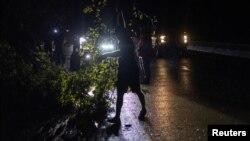 Bão Ida làm cây ngã trên xa lộ 90, Louisiana, ngày 30/8/2021.