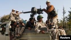 Para pemberontak Syiah Houthi melakukan patroli atas jalanan di ibukota Sanaa, Yaman hari Rabu (21/1).