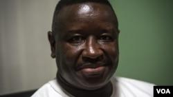 Julius Maada Bio, dans le quartier général de son parti dans le quartier Goderich à Freetown, le 7 mars 2018. (J. Patinkin / VOA)