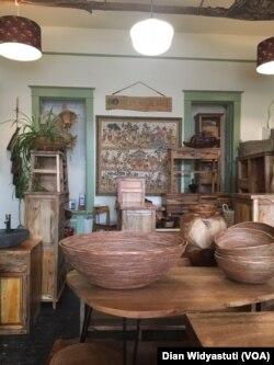 Produk-produk furnitur dan lainnya dari kayu bekas daur ulang di toko Tropical Salvage, Porland.