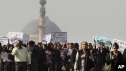 Para aktivis dari Asosiasi Perempuan Demokrat India (YWCA) ikut berunjuk rasa menuntut keadilan bagi korban pemerkosaan yang dilakukan oleh sekelompok anggota gang di New Delhi (21/12).