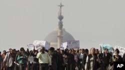 21일 인도 뉴델리에서 성폭행범 처벌을 요구하며 벌어진 대규모 시위.