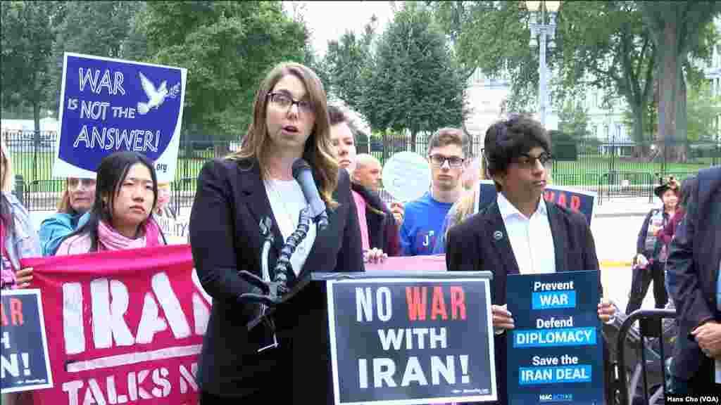 تجمع حامیان برجام مقابل کاخ سفید/ معترضان پلاکارتهایی با مضمون «نه به جنگ با ایران» در دست داشتند.