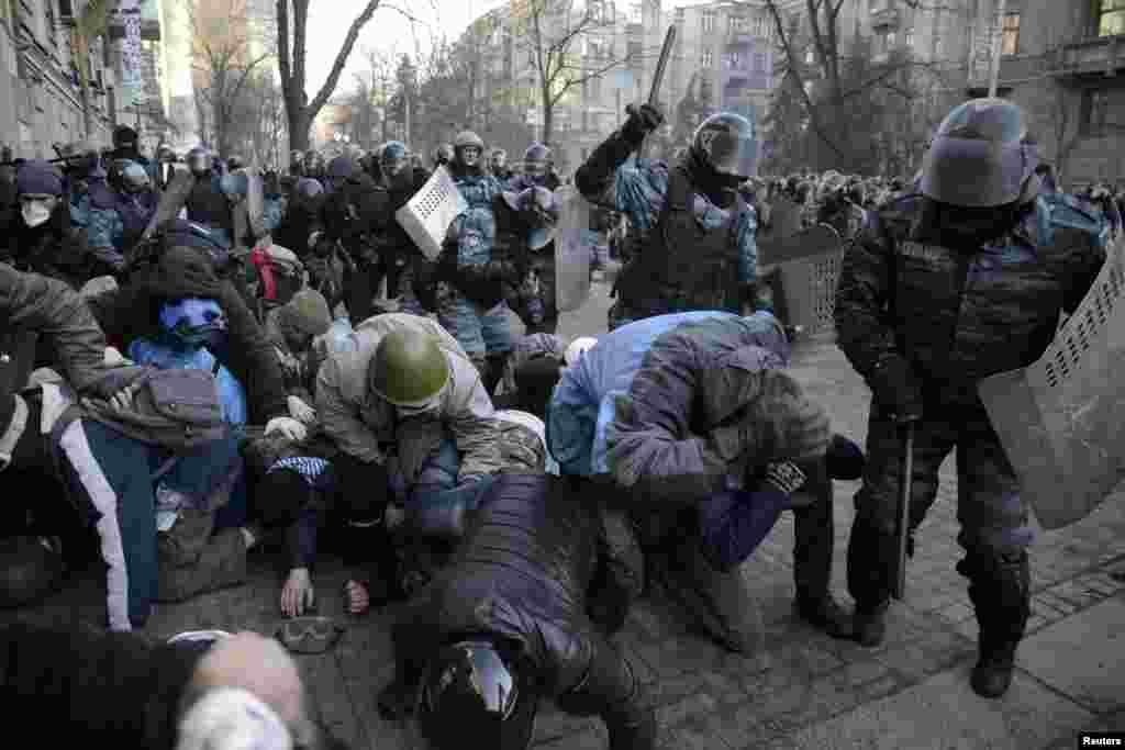 پولیس اور حزب مخالف کے نمائندوں کے مطابق ہلاک ہونے والوں کی اکثریت کی موت گولیاں لگنے سے ہوئی جب کہ زخمی ہونے والے سینکڑوں افراد میں سے درجنوں کی حالت تشویشناک ہے۔
