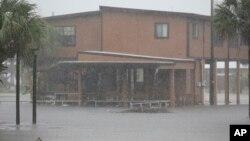 El agua de las lluvias del huracán Hermine comienza a inundar partes de zonas bajas en Dekle Beach, Florida.