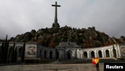 ແມ່ຍິງຄົນນຶ່ງ ກັ້ງຄັນຮົ່ມຢູ່ສຸສານ Valle de los Caidos (The Valley of the Fallen), ສຸສານທີ່ຝັງກະດູກອະດີດຜູ້ນຳຜະເດັດການຂອງ ສເປນ, ທ່ານ ແຟຣນຊິສໂກ ຟຣັງໂກ, ເຂດນອກນະຄອນຫຼວງ ມາດຣິດ, ສເປນ.