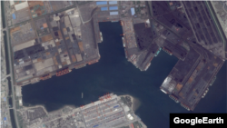 북한에 정박했던 롱리치 1 호와 롱리치 2 호, 브라이트 스타 호 등이 정박한 중국 징탕 항의 모습. 항구에 석탄으로 추정되는 검정색 물질과, 철광석으로 보이는 붉은 색 가루가 쌓여있다. 구글어스 위성 사진.
