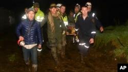 Organismos de rescate llevan a uno de los sobrevivientes en horas de la madrugada del martes 29 de noviembre. El avión llevaba al equipo de futbol brasileño Chapecoense, a su cuerpo técnico, delegados oficiales, periodistas y tripulación.