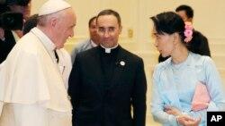 សម្តេចប៉ាប Francis ជួបជាមួយនឹងលោកស្រីអង់សាន ស៊ូជី នៅក្នុងក្រុងណៃពិដោ ប្រទេសមីយ៉ាន់ម៉ា កាលពីថ្ងៃទី២៨ ខែវិច្ឆិកា ឆ្នាំ២០១៧។