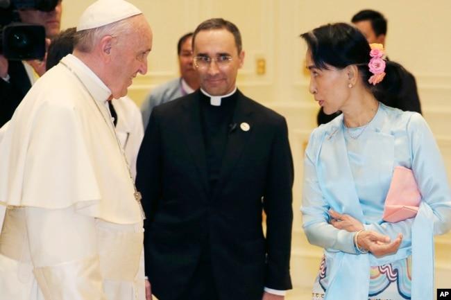 Pope Francis meets Myanmar's leader Aung San Suu Kyi in Naypyitaw, Myanmar, Nov. 28, 2017.