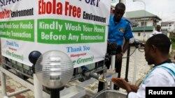 Seorang pria membasuh tangannya di luar sebuah apotik di Abuja, Nigeria.