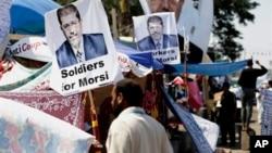 Ribuan pendukung Presiden terguling Mohamed Morsi membangun lokasi di distrik Nasr City, Kairo yang kini menjadi markas mereka (25/7).