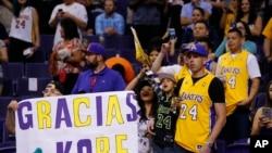 Des fans des Lackers lors d'un match à Phoenix, le 23 mars 2016.