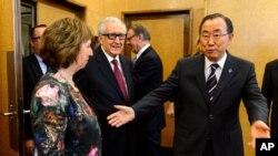 El secretario general de la ONU, Ban Ki-moon saluda a la enviada de la Liga Árabe, Lakhdar Brahimi, en Suiza.