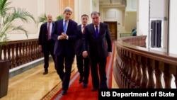 AQSh Davlat kotibi Jon Kerri Tojikiston rahbari Emomali Rahmon bilan, Dushanbe, 3-noyabr, 2015