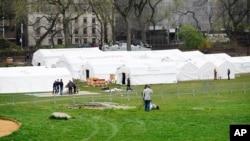 美軍在紐約市中央公園的草地上搭帳篷建起臨時醫院應對疫情。(2020年3月30日)