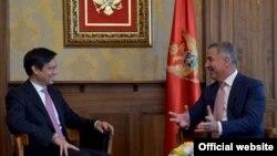 Crnogorski premijer Milo Đukanović sa zamjenikom pomoćnika američkog državnog sekretara Hojtom Brajanom Jiem (gov.me)