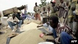 Des vendeurs des céréales dans un marché à Falla, près de Tillaberi, Niger, 26 août 2005.