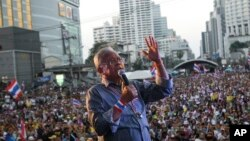Anti-government protest leader Suthep Thaugsuban speaks to his supporters, Jan. 13, 2014, in Bangkok, Thailand.