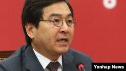 심재철 한국 새누리당 최고위원이 6일 국회 당대표실에서 열린 최고위원회의에서 모두발언하고 있다.