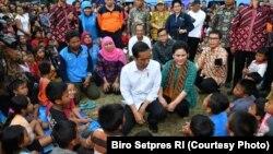 Presiden dan Ibu Negara Iriana Joko Widodo Berbincang dan Bercengkerama dengan Para Pengungsi Erupsi Gunung Agung Bali di Kabupaten Klungkung Bali (courtesy: Biro Setpres RI)