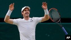 Ngôi sao quần vợt Andy Murray ăn mừng sau khi giành chiến thắng trước Milos Raonic hôm 10/7.