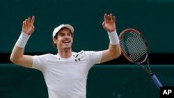 Andy Murray fête sa victoire après avoir battu le Canadien Milos Raonic à la finale de Wimbledon, le 10 juillet 2016.
