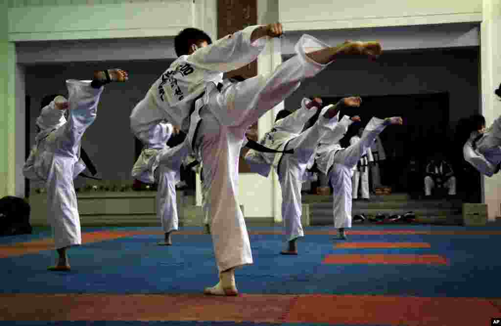 평양 태권도전당에서 북한 선수들이 태권도 시범을 보이고 있다.