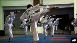 지난달 11일 평양 태권도전당에서 북한 선수들이 태권도 시범을 보이고 있다.