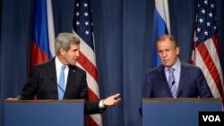 Sekretè Deta John Kerry ak Minis Afè Etranjè Ris la, Sergei Lavrov, aprè rankont yo sou zam chimik peyi Siri Jedi 12 septanm 2013 la.