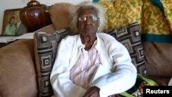Michigan ျပည္နယ္က အသက္ ၁၁၅ ႏွစ္အရြယ္ အဖြားအို Jeralean Talley က ေမြးေန႔ဓာတ္ပံု အ႐ိုက္ခံေနစဥ္။