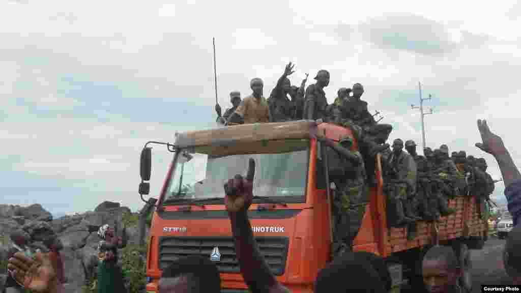 M23 rebels celebrating their takeover of Goma, DRC, November 20, 2012. (A. Malivika/VOA)
