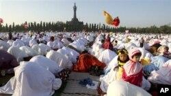 Muslim di Bali melakukan shalat hari raya Idul Adha di sebuah lapangan di kota Denpasar hari Jumat (26/10).
